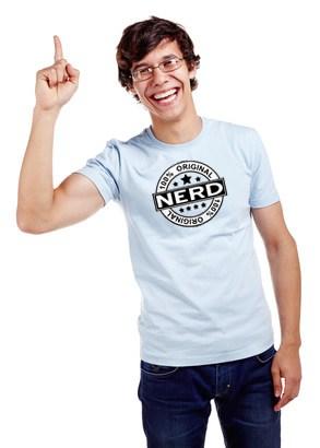 Junger-Nerd-mit-Shirt