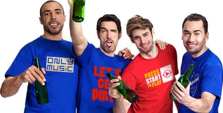 Lustige-gruppe-mit-Mallorca-Shirts